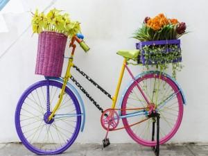 Bicicleta de colores con flores