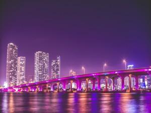 Puente iluminado en Miami