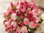 Cesta con rosas de color rosa