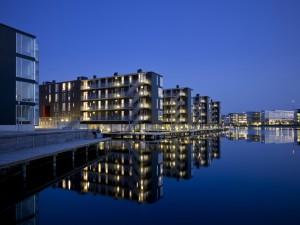Arquitectura moderna frente al lago (Dinamarca)