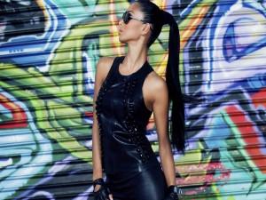 Nicole Scherzinger con un traje de cuero negro