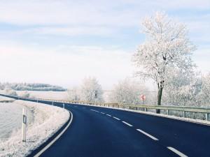 Curva atravesando un paisaje helado