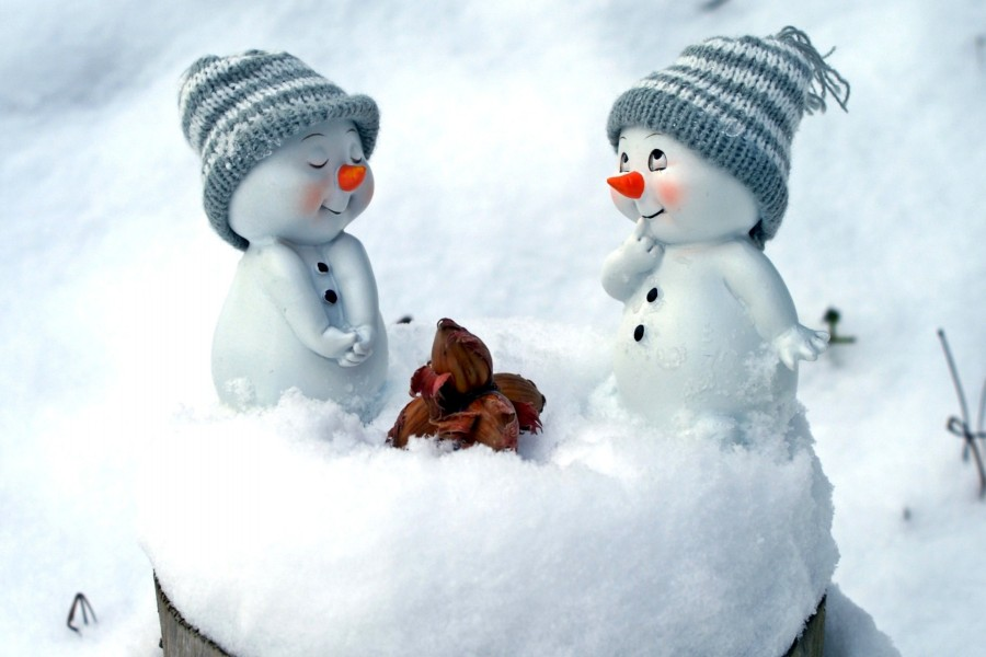 Bellos y sonrientes muñecos de nieve