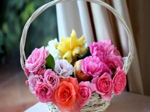 Rosas blancas, rosas y amarillas en una cesta