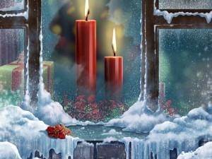 Velas navideñas frente a la ventana