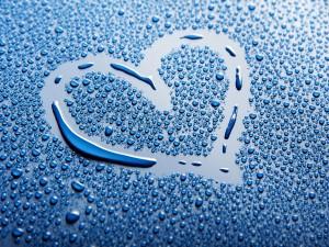 Corazón entre gotitas de agua