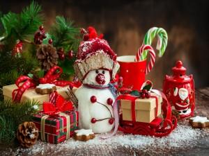 Elementos decorativos para Navidad junto al árbol