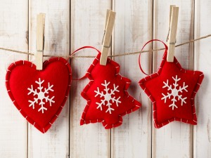 Adornos navideños colgados de un lazo