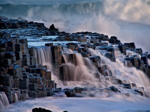 Corriente de agua cristalina entre las rocas
