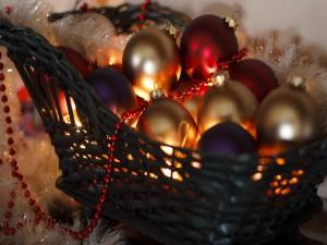 Bolas navideñas en una cesta