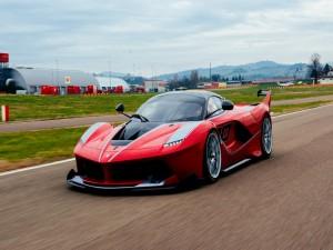 Ferrari rojo FXX en la pista