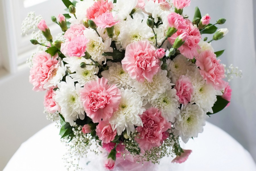 Ramo de crisantemos de color rosa y blanco