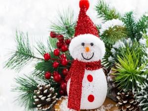 Árbol de Navidad y un muñeco de nieve