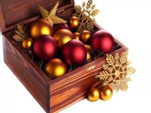 Caja con adornos navideños