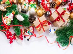 Regalos y adornos para el árbol de Navidad