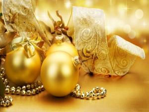 Cintas y bolas doradas para Navidad