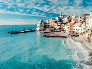 Ciudad costera de aguas azules