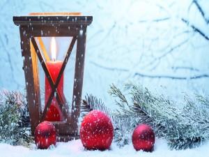 Ramas de abeto y velas en la nieve
