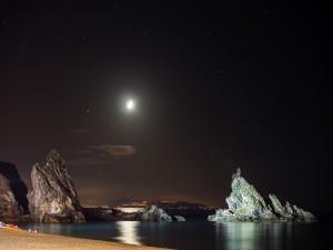 Contemplando la noche de luna llena junto al mar