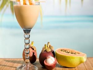 Cóctel y frutas tropicales