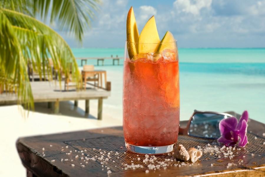 Cóctel tropical, hielo y mango
