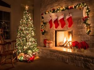 Sala de estar adornada para las fiestas navideñas