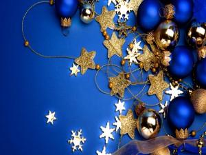 Adornos de Navidad en un fondo azul