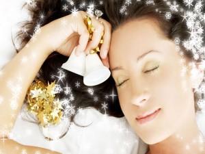 Una chica soñando con la Navidad