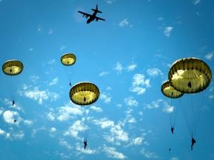 Paracaidistas saltando del avión