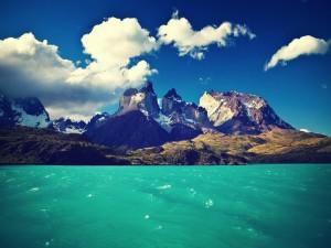 Lago junto a las montañas, en el Parque Nacional Torres del Paine (Chile)