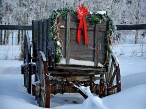 Viejo carro en la nieve