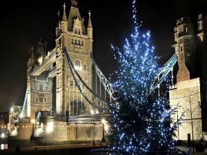 Árbol de Navidad cerca del Puente de la Torre, sobre el río Támesis