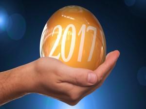 Mano sosteniendo una bola con el año 2017