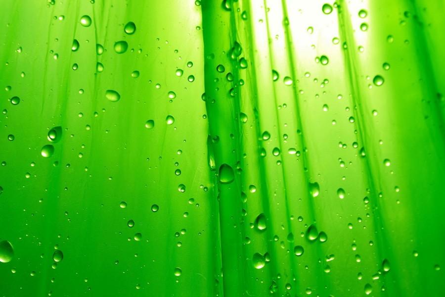 Gotas que caen sobre un fondo verde