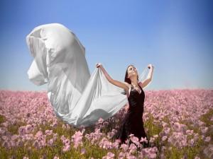 Mujer en un campo de amapolas