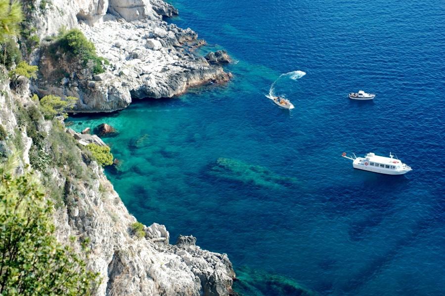Yates en el mar cerca de las rocas
