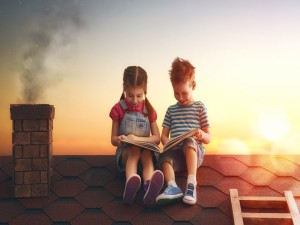 Niños leyendo en el tejado