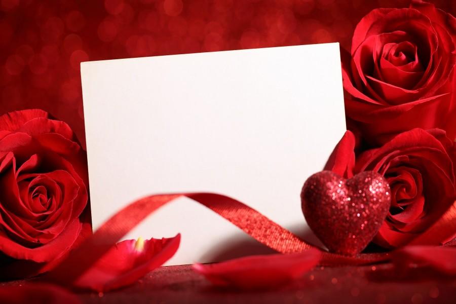 Rosas rojas con una nota en blanco