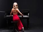 Elegante mujer tocando el piano