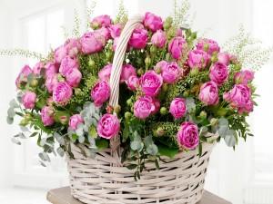 Cesta de mimbre con rosas