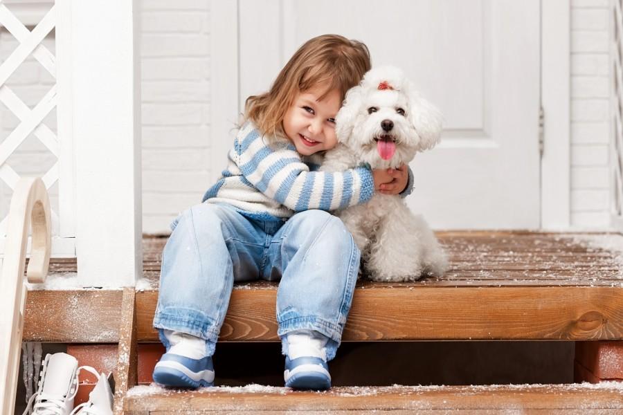 Una niña abrazando a su perro