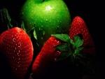 Verde manzana y fresas maduras con gotas de agua