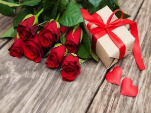 Rosas rojas, un regalo y mucho amor
