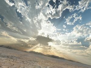 Nublado por la mañana en el desierto