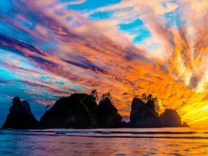 Postal: Puesta del sol colorida sobre el mar