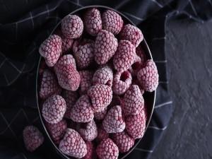 Frambuesas congeladas en un tazón