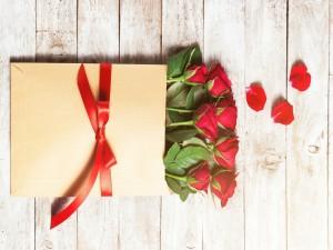 Postal: Regalo con rosas rojas para el día de San Valentín