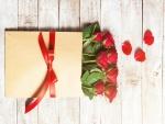 Regalo con rosas rojas para el día de San Valentín